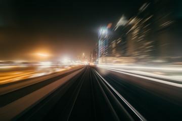 Widok z pierwszego wagonu kolejowego. Prędkość ruchu plamy metra abstrakcjonistyczny tło przy nocą
