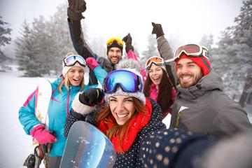 Przyjaciele z rękami na nartach