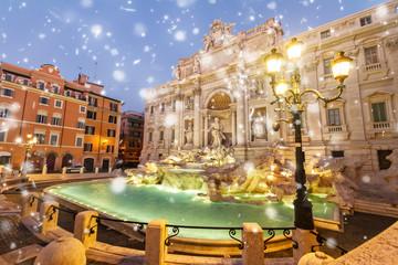 odrestaurowana Fontanna di Trevi w Rzymie ze śniegiem, Włochy