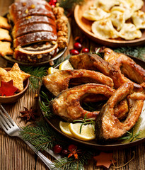 Bożenarodzeniowy karp, Smażący karpiowi rybi plasterki na ceramicznym talerzu, zamyka up, odgórny widok. Tradycyjne danie wigilijne. Polskie święta