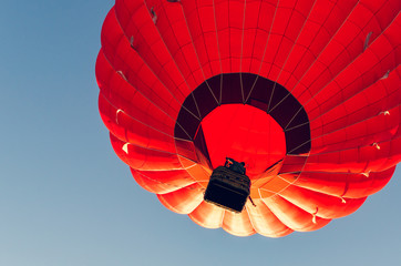Balon na gorące powietrze kolorowy przeciw błękitne niebo