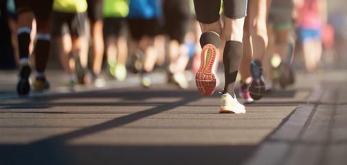 Maraton w świetle wieczoru, detal na nogach