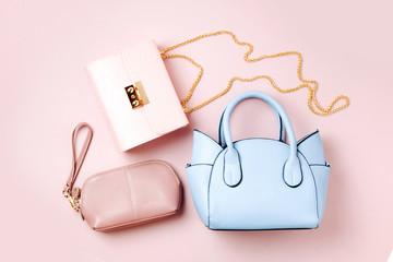 Modne torebki na jasnoróżowym tle. Leżał płasko, widok z góry. Koncepcja mody wiosna / lato w pastelowych kolorach