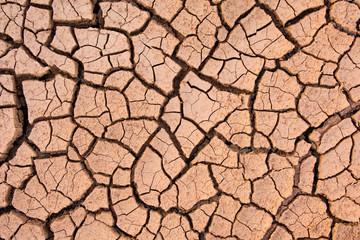 Pęknięta ziemia, popękana ziemia. tekstura nieczysty suche pękanie spieczona ziemia. Efekt globalnego ocieplenia.