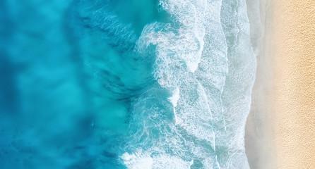 Plaża i fale z góry. Turkusowy wodny tło od odgórnego widoku. Seascape lato z powietrza. Widok z góry z drona. Koncepcja i pomysł na podróż