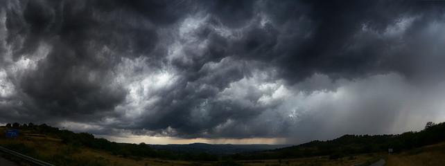 niebo z ciemnymi chmurami burzowymi