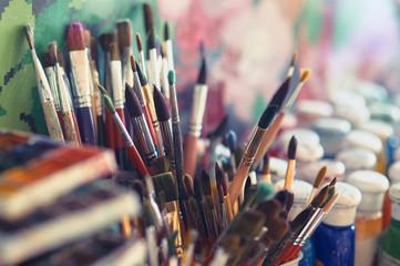 Farb muśnięcia i akwareli farby na stole w warsztacie, selekcyjna ostrość, zamykają up.