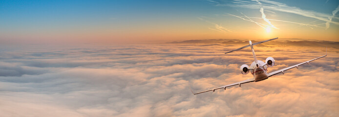 Prywatny odrzutowiec lecący ponad dramatyczne chmury.