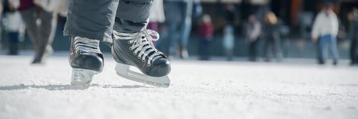 Ludzie na łyżwach na lodowisku