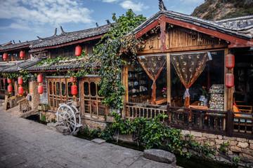 Na ulicy starożytnego miasta Shuhe, Lijiang, wpisanego na Listę Światowego Dziedzictwa UNESCO. Prowincja Yunnan, Chiny. Podróżuj po Azji.
