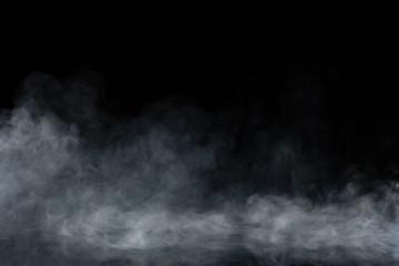 Streszczenie dymu na czarnym tle