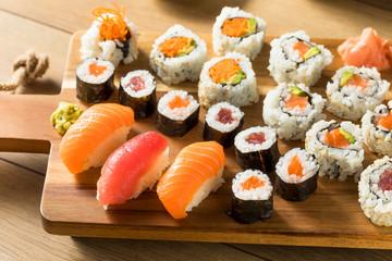 Domowy ogromny talerz sushi
