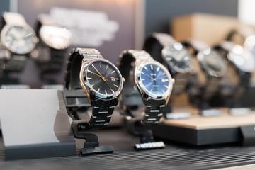 Zegarki w luksusowym sklepie