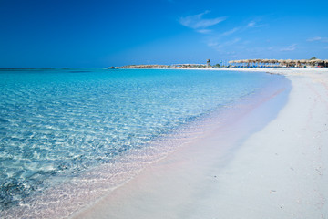 Elafonissi plaża z różowym piaskiem na Crete wyspie z lazur czystą wodą, Grecja, Europa