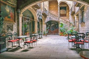Dziedziniec budynku z antykami, dzielnica gotycka, Barcelona, Hiszpania