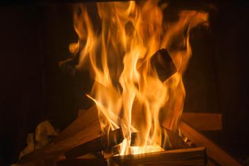 Płomienie ognia w kominku