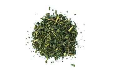 Rozsypisko zielona herbata na białym tle.