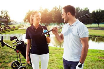 Para na polu gry w golfa i wyglądający na szczęśliwego - Image