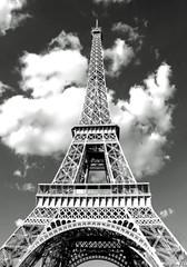 Wieża Eiffla w Paryżu i białe chmury