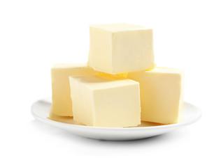 Ceramiczny talerz z rżniętym masłem na białym tle