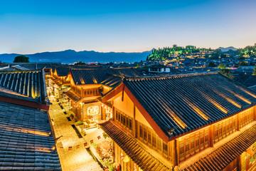 Nocy scena lew góra w Dayan Antycznym mieście, Lijiang, Yunnan prowincja, Chiny
