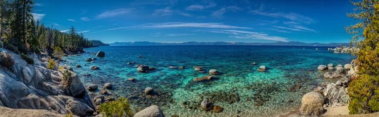 Ciemnoniebieska i turkusowa woda w Lake Tahoe Panorama
