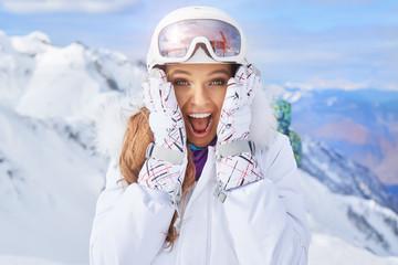 Zamyka w górę portreta kobieta przy śnieżnym centrum narciarskim.