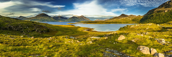 Malowniczy krajobraz przybrzeżny z odległej wioski wokół Loch Torridon i Loch Shieldaig w Szkocji