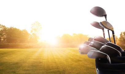Kierowcy klubów golfowych nad pięknym polem golfowym o zachodzie słońca, wschodzie słońca. , Poranny czas