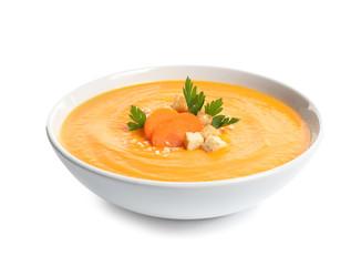 Naczynie z marchwianą kremową polewką na białym tle. Zdrowe jedzenie