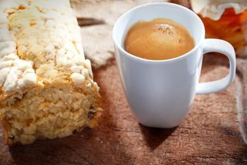 Placek drożdżowy i kawa z mlekiem.