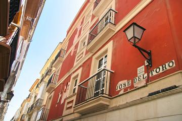 Calle de los angeles Veronica, typowa kolorowa ulica w Cadiz, Andalusia, Hiszpania.