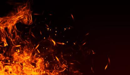 Realistyczny efekt na białym tle ognia do dekoracji i pokrycia na czarnym tle. Pojęcie cząstek, iskier, płomienia i światła.