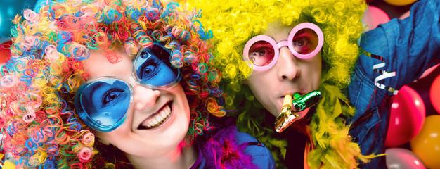 Freunde in karnevalsstimmung (Paar)