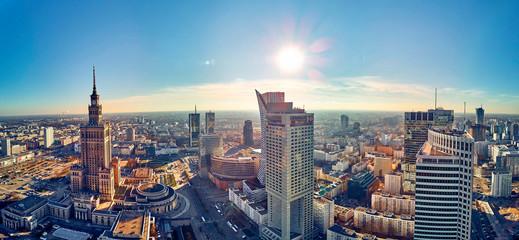 WARSZAWA, POLSKA - 20 LISTOPADA 2018: Piękny panoramiczny dron z lotu ptaka widok na centrum Warszawy i Pałac Kultury i Nauki - znaczący wieżowiec w Warszawie