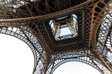 Zobacz na wieży Eiffla od dołu wieczorem, Paryż