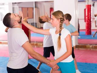 Dzieci ćwiczące ruchy samoobrony