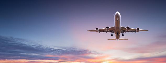 Komercyjny samolot odrzutowy latający nad dramatyczne chmury.