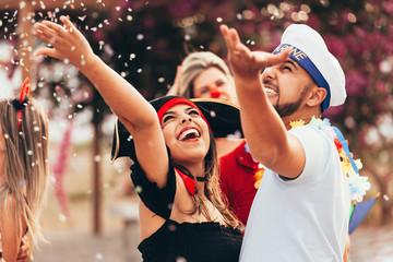 Karnawał brazylijski. Para w strojach, ciesząc się przyjęcie karnawałowe w mieście