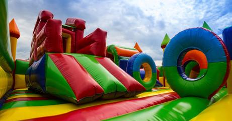 Panoramiczny widok kolorowego wnętrza placu zabaw dla dzieci