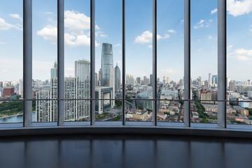 duże okna z nowoczesnym pejzażem miejskim