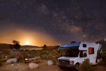 Biwakowanie z kamperem pod gwiazdami, Drogą Mleczną i księżycem na wzgórzach Alabama u podnóża Sierra Nevada w pobliżu Lone Pine