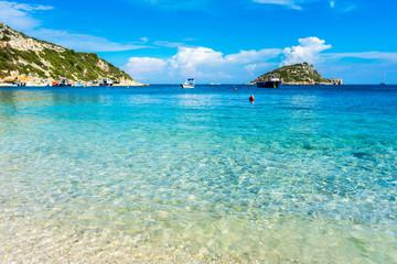 Grecja, Zakynthos, doskonała piaszczysta plaża i turkusowa woda w porcie Agios Nikolaos