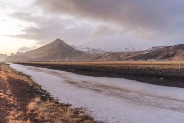 Berglandschaft und Schnee Kolbeinsstadhir in Island