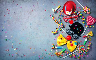 Kolorowe tło karnawałowe lub urodzinowe