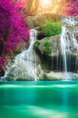 Niesamowity w naturze, piękny wodospad w kolorowym lesie jesienią w sezonie jesiennym