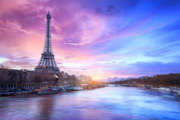 Zmierzch nad wontonem blisko wieży eifla w Paryż, Francja