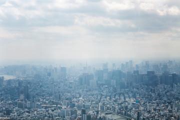 Odgórny widok duże przemysłowe miasto w błękitnej mgiełce