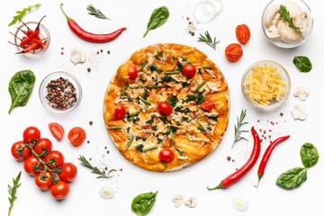 Włoska pizza i różnorodni składniki odizolowywający na bielu