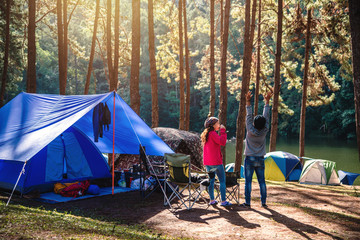 Azjatycki kobiety podróży natury camping na górze widzii jezioro w mgle przy ranku wschodem słońca przy ssanie w żołądku Ung, Mae Hong syna prowincja, Tajlandia.
